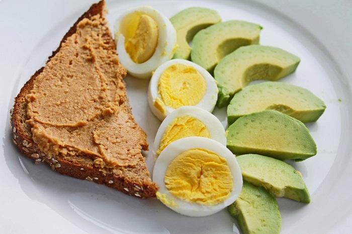 Bánh mì nướng cùng trứng luộc ăn kèm với bơ là thực đơn bữa sáng cho người giảm cân vô cùng quen thuộc.