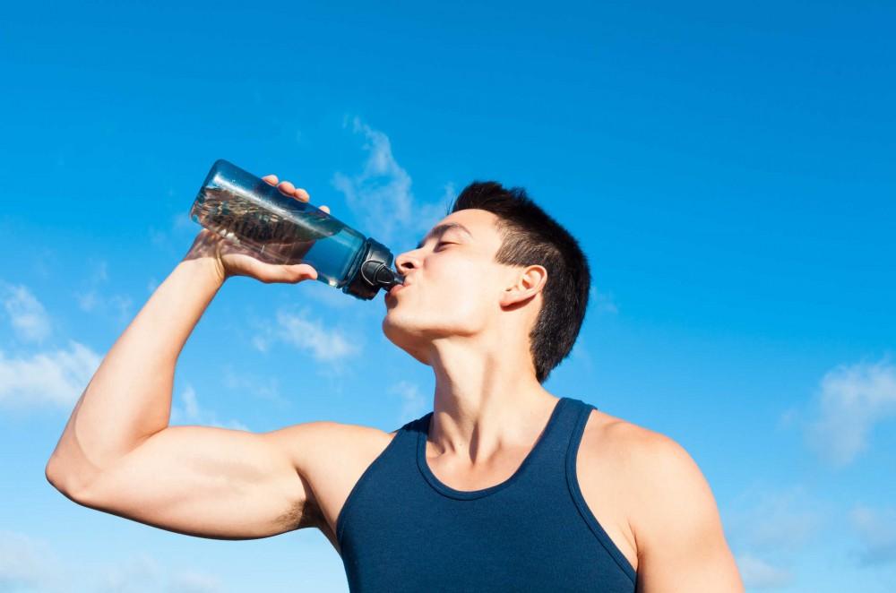 Uống đủ nước – cách giảm mỡ bụng cho nam hiệu quả