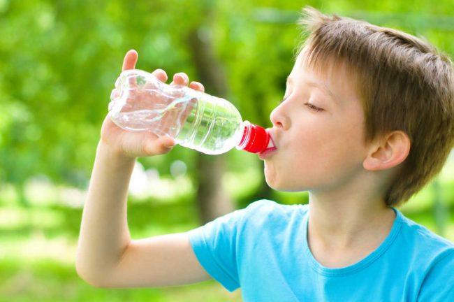 Uống nước để bổ sung năng lượng