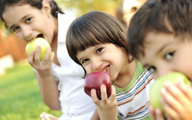 Trái cây giúp trẻ no lâu và hạn chế ăn vặt