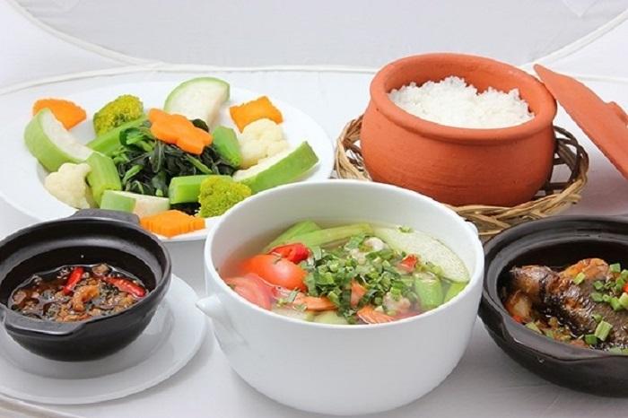 Ăn canh trước khi ăn cơm.