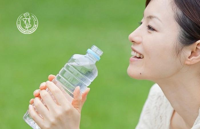 Thay thế các thực phẩm chứa nhiều calo bằng nước