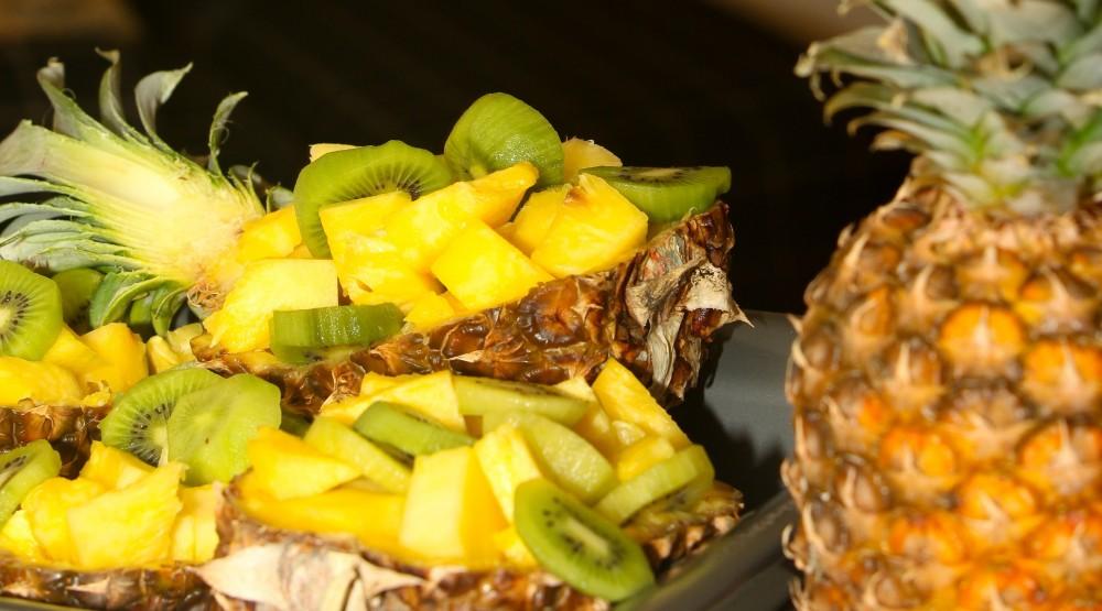 Dứa có thể kết hợp với kiwi, dâu, xà lách để tạo ra những món ăn hấp dẫn