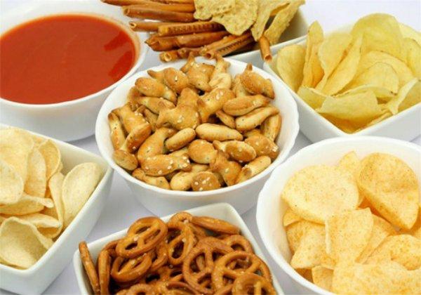 Hạn chế ăn đồ ăn vặt là các bạn học sinh sẽ giảm được cân đấy
