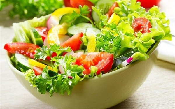 Bố mẹ các em học sinh nên khuyến khích các em ăn nhiều rau xanh để giảm cân tại nhà