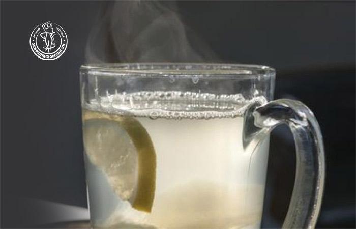 Uống 1 cốc nước ấm trước khi đi ngủ chứa nhiều lợi ích